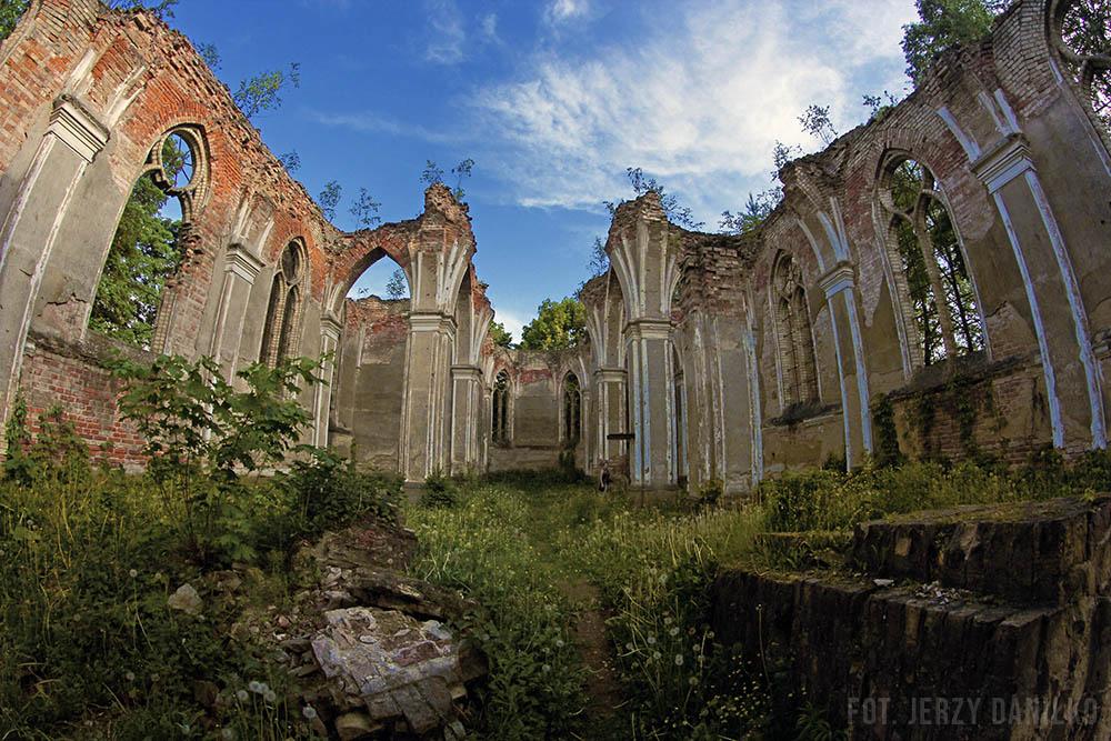 ruiny kościoła w Jałówce